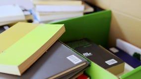 在一个色的纸板箱的包装的书 股票视频