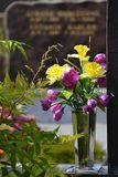 在一个花瓶的五颜六色的花在坟墓 免版税图库摄影