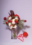 在一个花瓶的圣诞节花束在轻的背景 免版税库存照片