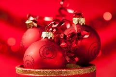在一个花瓶的圣诞节装饰品有红色圣诞老人手套的 库存图片