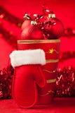 在一个花瓶的圣诞节装饰品有红色圣诞老人手套的 库存照片