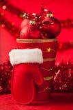 在一个花瓶的圣诞节装饰品有红色圣诞老人手套的 图库摄影