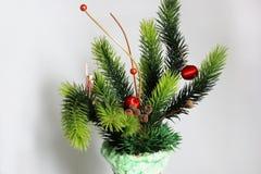 在一个花瓶的圣诞装饰在白色背景 免版税库存图片