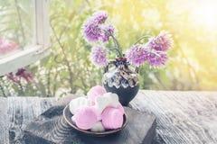 在一个花瓶的小精美淡紫色花在一个开窗口的窗台用在板材的蛋白软糖 选择聚焦 免版税库存图片