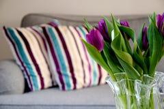 在一个花瓶的新鲜的郁金香在家在客厅 免版税库存照片