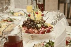 在一个花瓶的果子在桌上 库存照片