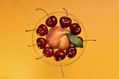 在一个花瓶的果子盛肉盘在上面 库存照片