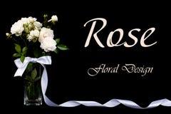 在一个花瓶的白玫瑰有在黑色的一把弓的 免版税库存照片