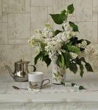 在一个花瓶的白色丁香在桌上 库存照片