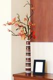 在一个花瓶的秋天安排在桌和photoframe上 免版税库存照片