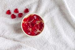 在一个花瓶的胶粘的糖果在白色布料 免版税图库摄影