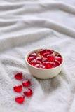 在一个花瓶的胶粘的糖果在白色布料 库存图片