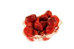 在一个花瓶的草莓在白色背景 免版税库存照片