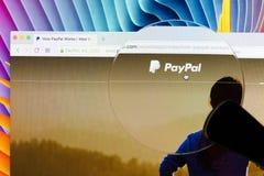 在一个苹果计算机iMac显示器屏幕上的Paypal主页在放大镜下 PayPal是国际电子商务事务允许薪水 库存照片