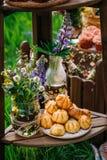 在一个茶碟的嘎吱咬嚼的曲奇饼有一块有花边的白色餐巾的 免版税图库摄影