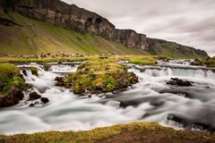 在一个草甸中间的洪流在冰岛 库存图片