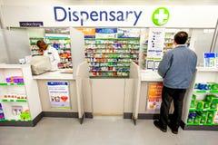 在一个药房防治所的内部里面在购物中心的 免版税图库摄影