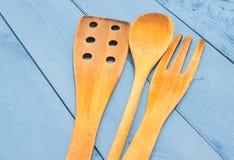 在一个蓝色委员会的厨房工具 库存图片