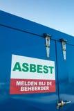 在一个蓝色容器的荷兰石棉标志 库存照片
