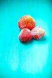 在一个蓝色木切板的冷冻草莓 有选择性的fo 库存图片
