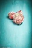 在一个蓝色木切板的冷冻草莓 有选择性的fo 免版税图库摄影