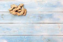 在一个蓝色木板的姜,顶视图 图库摄影