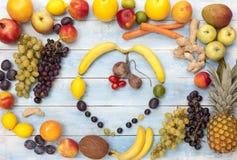在一个蓝色木板的新鲜的成熟有机果子 免版税库存图片