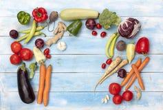 在一个蓝色木板的新鲜的成熟有机菜 免版税库存照片