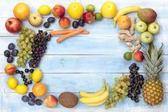 在一个蓝色木板的新鲜的成熟果子 免版税库存图片