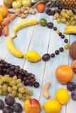 在一个蓝色木板的新鲜的成熟果子 库存照片