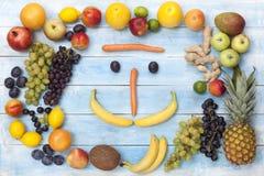 在一个蓝色木板的新鲜的成熟果子 库存图片