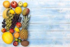 在一个蓝色木板的新鲜的成熟果子 图库摄影
