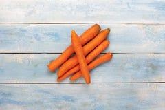 在一个蓝色木板的红萝卜 库存图片