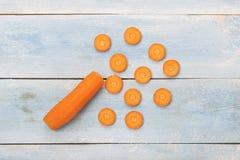 在一个蓝色木板的红萝卜 免版税库存图片
