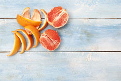 在一个蓝色木板的葡萄柚 库存图片