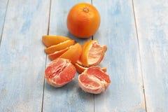 在一个蓝色木板的葡萄柚 免版税库存照片