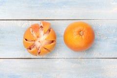 在一个蓝色木板的葡萄柚 库存照片