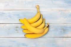 在一个蓝色木板的香蕉 免版税库存照片