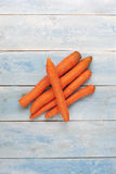 在一个蓝色木板,顶视图的新鲜的红萝卜 免版税库存照片