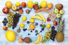 在一个蓝色木板,顶视图的新鲜水果 免版税库存图片