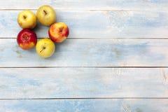 在一个蓝色木板,顶视图的苹果 免版税库存图片