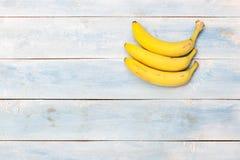 在一个蓝色木板,顶视图的香蕉 库存照片