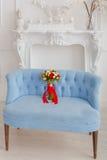 在一个蓝色沙发的花束 库存照片
