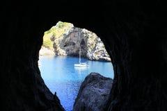 在一个蓝色海湾的船 图库摄影