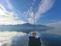 在一个蓝色湖的孤零零小船 免版税库存图片