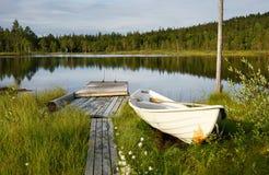 在一个蓝色湖的晚上 库存图片