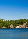 在一个蓝色湖的独木舟 库存图片