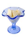 在一个蓝色玻璃冰淇凌碗的冰淇凌 免版税库存图片