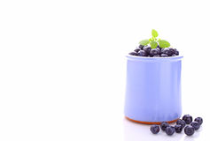 在一个蓝色瓶子的蓝莓 免版税库存图片