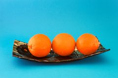 在一个蓝色盘的新鲜的桔子 库存照片